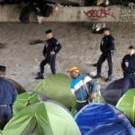 إخلاء مخيم للمهاجرين بالقرب من استاد فرنسا الوطني
