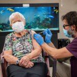 امرأة عمرها 90 عاما أول من تلقى تطعيم كورونا في سويسرا