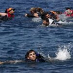 جهود يونانية لإنقاذ مهاجرين عقب غرق زورق قرب حدود تركيا