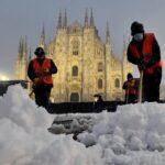 موجة نادرة من الثلوج تكسو مدينة ميلانو الإيطالية