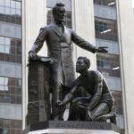 إزالة تمثال لمحرر العبيد في أمريكا بسبب شبهة العنصرية