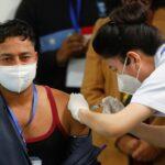عامل نظافة أول من يتلقى لقاح كورونا في حملة تطعيم بالهند