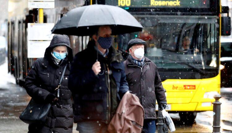 أشخاص يضعون كمامات للوقاية من فيروس كورونا في برلين يوم 19 يناير كانون الثاني 2021. تصوير: فابريتسيو بنش - رويترز.