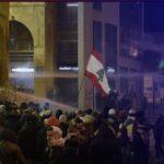 لبنان.. أطفال يشاركون في تراشق بالحجارة بين محتجين وقوات الأمن