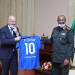 البرهان يبحث مع رئيس «الفيفا» مستقبل كرة القدم في السودان