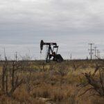 النفط يصعد بعد إبقاء أوبك+ على تخفيضات الإنتاج وتراجع مخزونات أمريكا