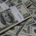 الدولار قرب أدنى مستوياته في أسبوع