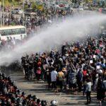شرطة ميانمار تفرق المحتجين بالرصاص المطاطي ومدافع المياه