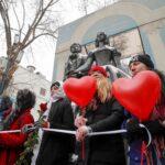 محتجون روس يضيئون الشموع لدعم نافالني في عيد الحب