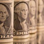 الدولار ينزل إلى أدنى مستوى في 4 أسابيع