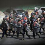 شرطة ميانمار تقمع المتظاهرين وتحظر التجمعات في البلاد