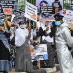 مسلمو سريلانكا يتظاهرون ضد حرق جثامين ضحايا كورونا