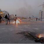 لبنانيون يقطعون الطرق احتجاجًا على انهيار الليرة