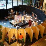 مسرح ياباني يقدم تجربة مشاهدة فريدة عبر فتحات أشبه بفتحات صناديق البريد
