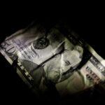 الدولار يعتريه الضعف في ظل تعافي معنويات المخاطرة