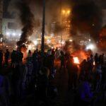 لبنان.. متظاهرون يغلقون الطرق الرئيسة احتجاجا على تدهور سعر الليرة