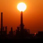النفط يعتلي ذروة عام مع تمديد