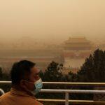 عواصف رملية كثيفة تهب على بكين