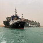 انخفاض المد يُبطئ جهود تعويم السفينة الجانحة بقناة السويس