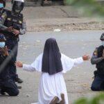 راهبة تركع أمام شرطة ميانمار وتتضرع لوقف العنف