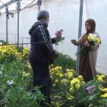 زينب عمير.. محاضِرة فلسطينية تزرع ورود الأقحوان لمواجهة مشاق الحياة