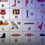 فتاة مصرية تدشن مبادرة لتعليم الشباب اللغة الهيروغليفية