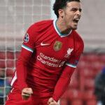 جونز لاعب ليفربول يهدي هدفه إلى أليسون بعد وفاة والده