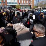 أمريكا.. المئات يشيعون رجلا أسود قُتل برصاص الشرطة