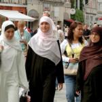صحيفة بريطانية: تحديد «سن الحجاب» في فرنسا يكشف عنصرية متجذرة ضد المسلمين
