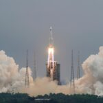 الصين تطلق الوحدة الرئيسية لأول محطة فضاء مستقرة