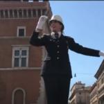 شرطية مرور تعتلي منصة «ساحة البندقية» لأول مرة منذ 10 سنوات