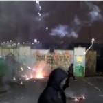 المحتجون في أيرلندا الشمالية يهاجمون الشرطة بالصواريخ والقنابل الحارقة