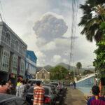 تدفق مواد الإغاثة على جزيرة سانت فنسنت عقب انفجار بركان