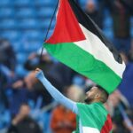 محرز يلوح بعلم فلسطين أثناء التتويج بالدوري الإنجليزي