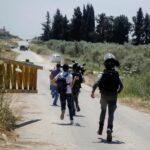 الاحتلال يعترض الطواقم الطبية قرب موقع استشهاد شابين فلسطينيين
