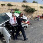 صورة.. شرطي إسرائيلي يحمى مستوطن حاول دهس شاب فلسطيني