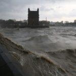 البحرية الهندية تبحث عن 77 مفقودا إثر غرق مركب بسبب إعصار