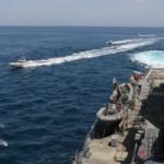 سفينة حربية أمريكية تطلق رصاصات تحذيرية بعد مواجهة مع قوارب إيرانية