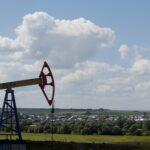 النفط يرتفع لكنه في طريقه لخسارة أسبوعية 5%