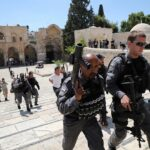 الاحتلال يقمع مسيرة فلسطينية في ساحة المسجد الأقصى