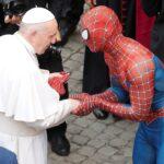 «سبايدرمان» في مقاعد كبار الحاضرين في لقاء مع البابا فرنسيس