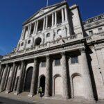 بنك إنجلترا يبقي برنامجه التحفيزي وسعر الفائدة دون تغيير