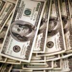 الدولار متمسك بمكاسبه قبل نشر محضر اجتماع المركزي الأمريكي