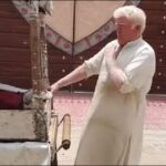 يخلق من الشبه أربعين.. بائع «آيس كريم» يشبه ترامب في باكستان