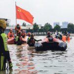«بالجرافات والقوارب المطاطية».. الصين تخلي الأحياء الغارقة بالأمطار
