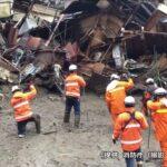 فرق الإنقاذ تصارع الوقت والطقس بحثا عن 80 مفقودا في انهيارات أرضية باليابان