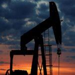 النفط يهبط وسط توقعات بتراجع الطلب من الصين