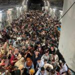 صورة الأفغان على الطائرة الأمريكية.. خير محض أم تذكار دائم بهروب مأساوي؟