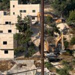 الاحتلال يهدم 3 منازل في الخليل ويعتقل عدد من المواطنين