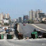 قطع طرق في مدن لبنانية احتجاجا على تردي الأوضاع